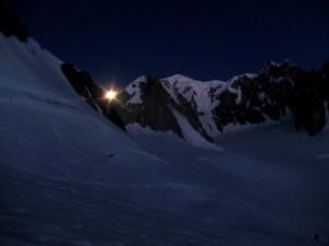 La lune sort de derrière les montagnes.